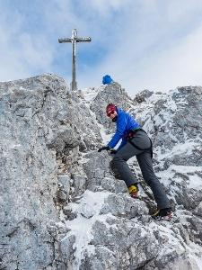 Die letzten Meter bis zum Gipfel der Lacherspitz müssen leicht kletternd überwunden werden