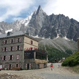 Berghotel Montenvers vom Wanderweg aus.