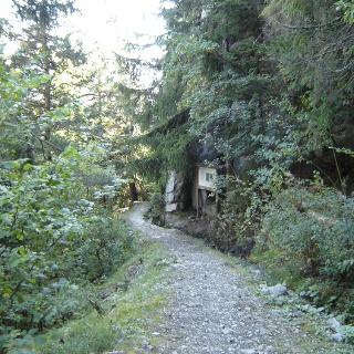 Chemin de randonnée le long d'un bisse