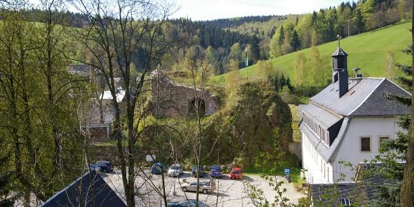 Burghof mit Burgruine und Rathaus in Rechenberg-Bienenmühle
