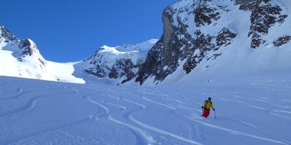 Bei optimalen Bedingungen wird man auf der Gletscherzunge des Gaisbergferners, welche vom schattenspenden Kirchenkogel 3280m profitiert, durchaus noch lockeren Pulverschnee vorfinden.