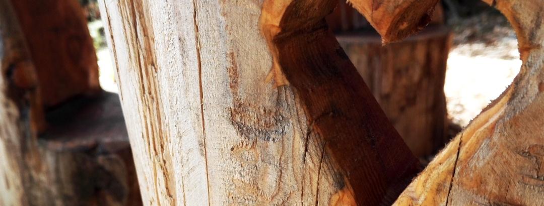 Sitzgruppe aus Holz an der Dumrig-/Wolfshütte // Märchenecke
