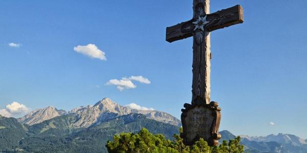 Das Gipfelkreuz der Kneifelspitze  vor dem Hohen Göll