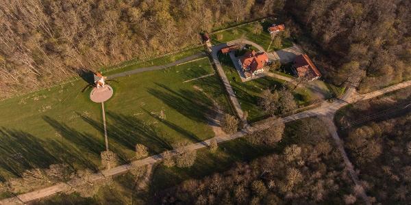 A Káld-hidegkúti Kisboldogasszony-kápolna és vadászház a magasból