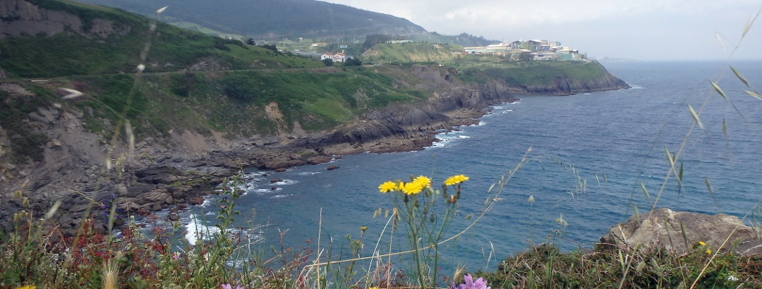 Vista a la rocosa e interesante Costa en Cantabria