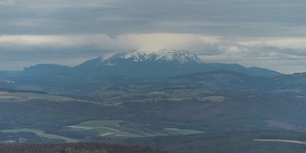 A Schneeberg felhőfüggönybe bújt teteje már meghaladja a 2000 métert