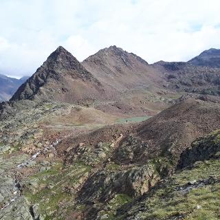 Die Südliche Schwemser Spitze ganz rechts im Bild - im Vordergrund ein Teil des südlichen, große Saldursee mit dem quasi perfekt prymidenförmigen, unverkennbaren Gipfel des Spizat