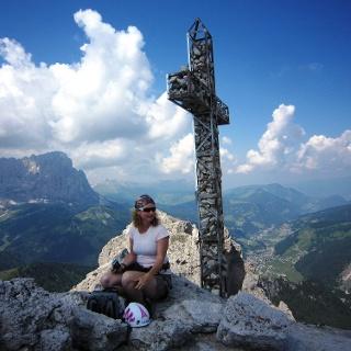 Am Gipfel der Gran Cir - Große Cirspitze (2.592m). Im Hintergrund der 3.181 Meter hohe, wuchtige Langkofel und die Grödner Ortschaft Wolkenstein zu seinen Füßen