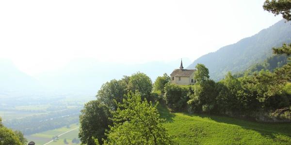 St. Georgkapelle mit Aussicht ins Bündnerland