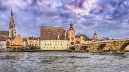 Die berühmte Stadtsilhouette von Regensburg mit Blick auf die Steinerne Brücke, den Dom und das Donauufer