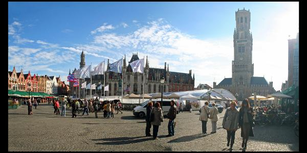 """Platz """"Markt"""" mit Belfort (rechts) und Provinzialpalast (Mitte)"""