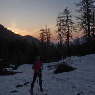 Zeitiger Aufbruch: noch vor Sonnenaufgang start mit den Schiern beim Herzerlsee