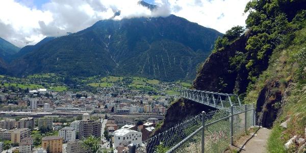 Randonnée rampe sud au-dessus de Brigue.