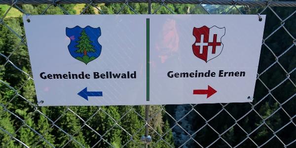 Mitten auf der Brücke: Gemeindegrenze Bellwald/Ernen.