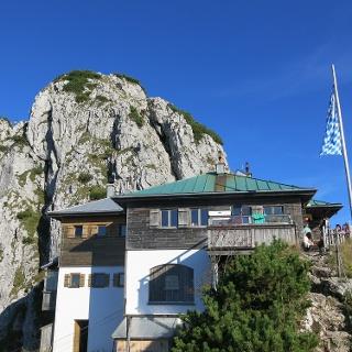 Tegernseer Hütte mit Blick auf Buchstein