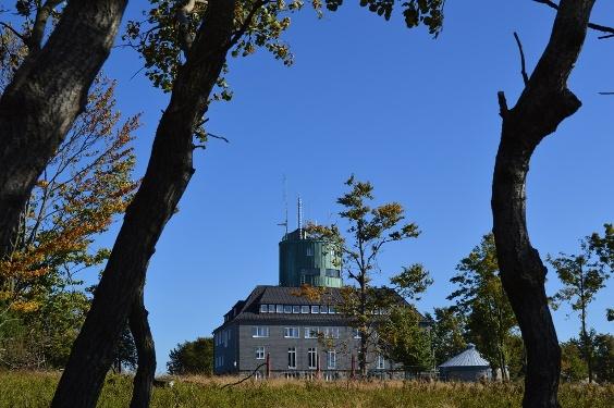Astenturm auf dem Kahlen Asten bei blauem Himmel