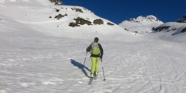 Immer dem Talverlauf entlang, flach bis mäßig steil. Hinten der Riffeljochturm (3237 m).