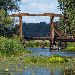 Die Trebel Klappbrücke in Nehringen verbindet die beiden Landteile Mecklenburg und Vorpommern miteinander.