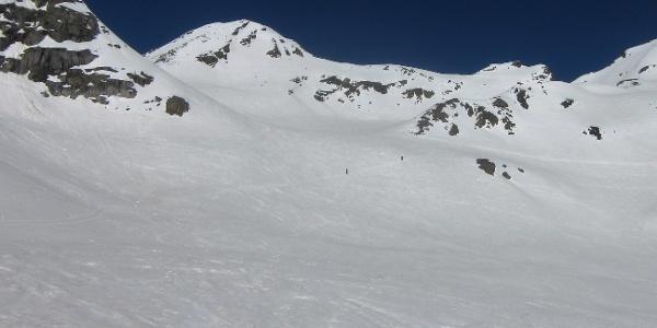 Das oberste Drittel das Anstiegs mit Gipfel und Skidepot (Schulter rechts). Die Steilheit nimmt zu, übersteigt aber erst im Gipfelbereich die 30 Grad.