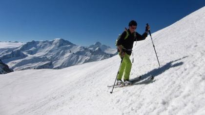 Unterwegs zum Glockturm, unweit des Skidepots. Hinten Weißseespitze (3510 m) und Weißkugel (3738 m).