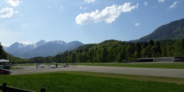 Panorama am Segelflugplatz in Unterwössen mit Blick auf Breitenstein und Geigelstein