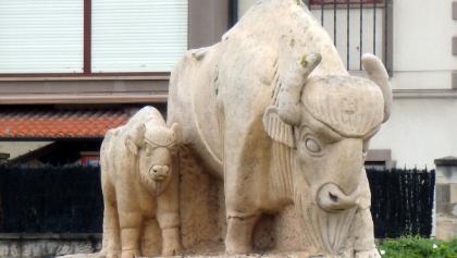 Polanco: Los bisontes del camino (Bisonte con su cría, de Salvador García Ceballos, 2000)
