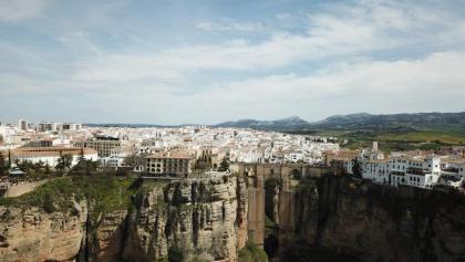 Luftaufnahme von der Brücke Puente Nuevo und dem weißen Städtchen Ronda