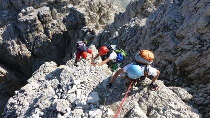 Alpinisti su un passaggio aereo lungo le Bocchette Alte