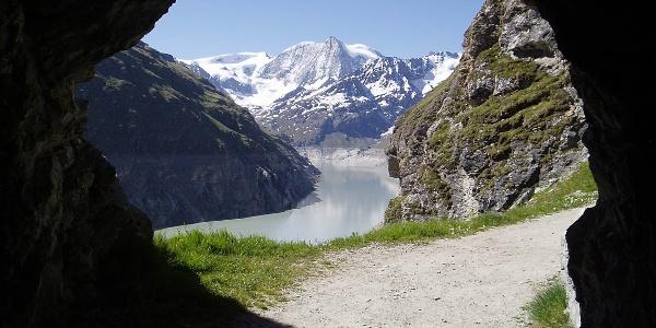 The lake Lac de Dix and the mountain Montblanc de Chailon