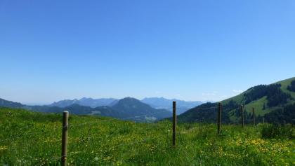 Nach einem steilen Stück am Anfang weitet sich der Blick auf die umliegenden Berge