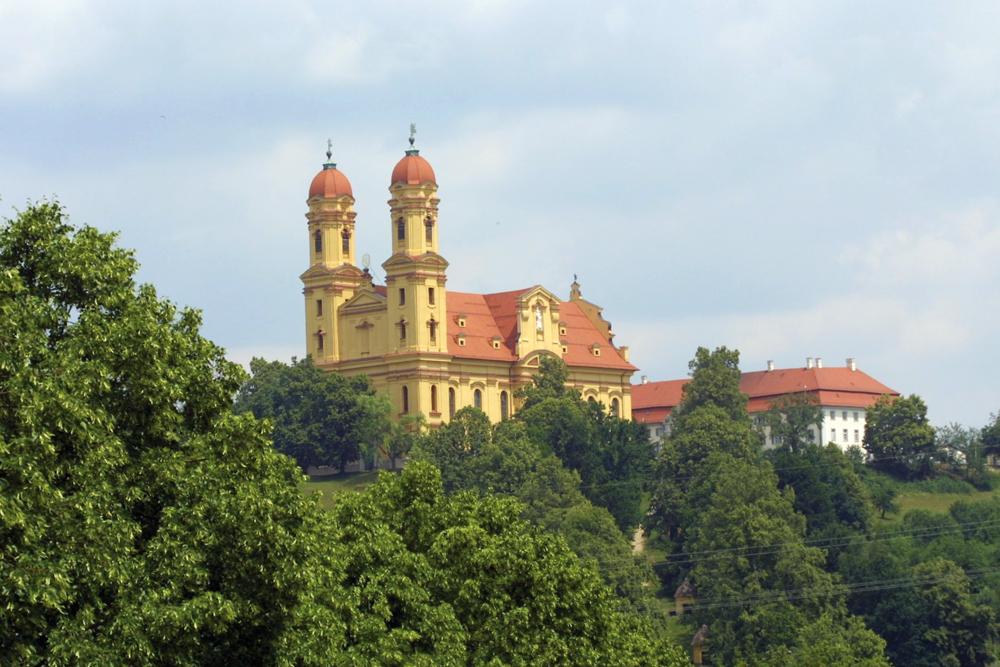Wallfahrtskirche und Schloss oberhalb Ellwangen/Jagst  - @ Autor: Dr. Konrad Lechner  - © Quelle: Hohenlohe + Schwäbisch Hall Tourismus e.V.