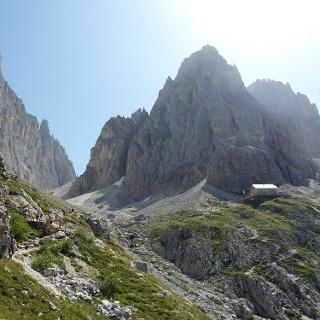 Langkofelhütte mit Blick in die Langkofelscharte