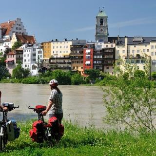 Radler vor Wasserburg