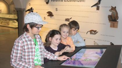 Kinder beim Blumenbuch im Museum im Lavanthaus
