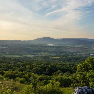 A Pilis-tető uralja a látványt észak felé