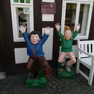 Max und Moritz vor der Wilhelm-Busch-Mühle