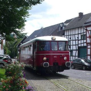 Die Oleftalbahn zeigt sich auf ihrer deutschlandweit einmaligen Streckensituation der Überfahrt der normalspurigen Bahn mitten über den Dorfplatz.