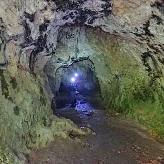 Dieser Höhlengang ist groß genug, um aufrecht zu gehen