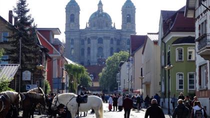 Abt-Hyller-Straße mit Portal der Basilika St. Martin