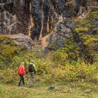 Zwei Wanderer vor einer Felswand