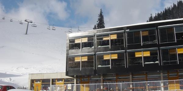 Holzbox direkt an der Piste des Skigebiets Niederalpl