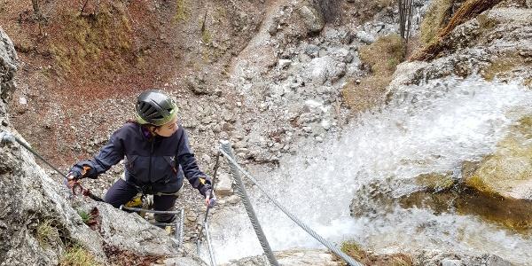 """Auf dem Klettersteig """"Rio Ruzza"""", gleich neben dem Wasserfall"""