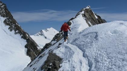 recht exponierter, abwechslungsreicher Gipfelanstieg