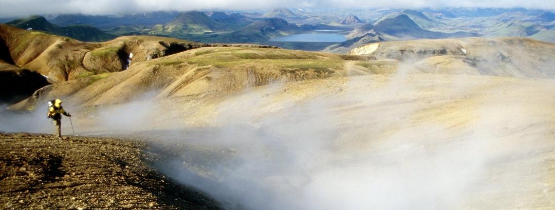 Wanderer und heiße Quellen auf dem Laugavegur in den bunten Bergen des Fjallabak
