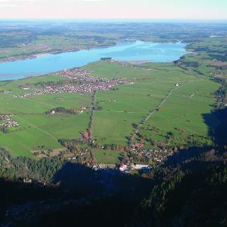 Blick vom Säulinggipfel. Besonders eindrucksvoll ist das große Delta, das der Lech in den ehemaligen Füssener See geschüttet hat.