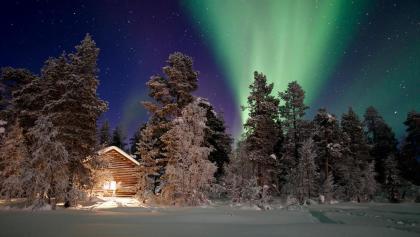 Polarlichter über der nächtlichen Unterkunft
