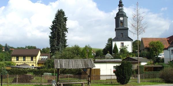 Kirche Tröbnitz mit Maibaum