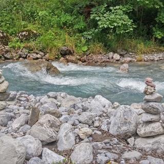 Steinmännle schmücken den Bachlauf der Alvier