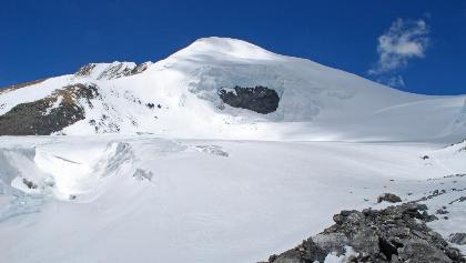 Saribung Peak und Saribung La (rechts) von Süden aus gesehen