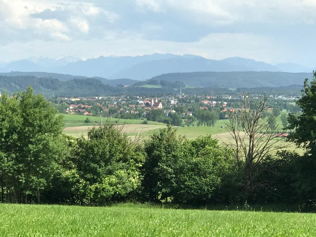 Altenstadt mit den oberbayerischen Alpen im Hintergrund (Andreas Klausmann)